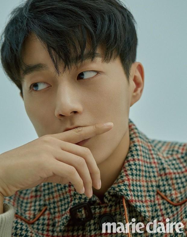 Loạt trưởng nhóm Kpop hack tuổi đỉnh cao: Taeyeon là chị cả mà tưởng em út, RM ngày càng lột xác sexy - Ảnh 32.