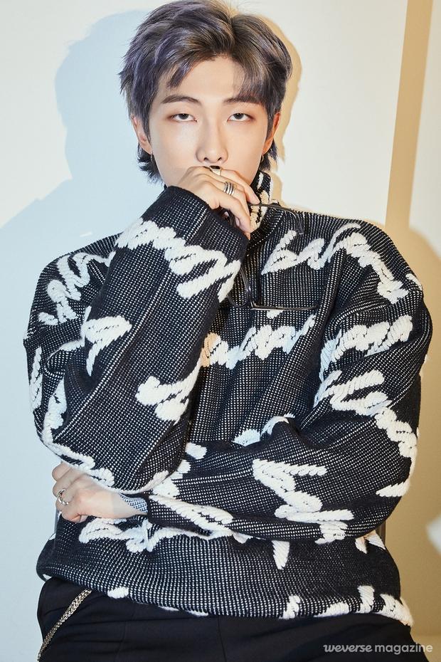 Loạt trưởng nhóm Kpop hack tuổi đỉnh cao: Taeyeon là chị cả mà tưởng em út, RM ngày càng lột xác sexy - Ảnh 9.