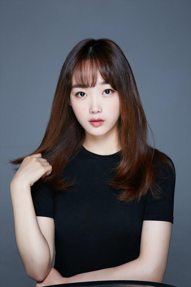 Bao nhiêu năm Kbiz mới tìm ra nhan sắc giống nữ thần Sulli, khí chất đỉnh như Lee Sung Kyung: Hoá ra là mỹ nhân của cơn sốt Squid Game? - Ảnh 4.