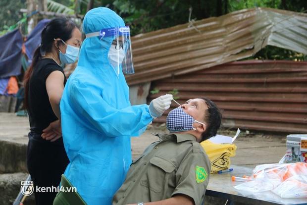 Hà Nội: Lấy mẫu xét nghiệm, đưa 21 trường hợp F1 tại Hà Đông đi cách ly sau 2 ca dương tính SARS-CoV-2 - Ảnh 2.