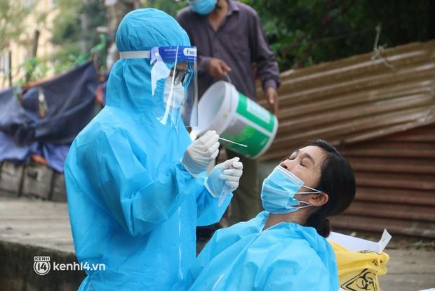 Hà Nội: Lấy mẫu xét nghiệm, đưa 21 trường hợp F1 tại Hà Đông đi cách ly sau 2 ca dương tính SARS-CoV-2 - Ảnh 1.
