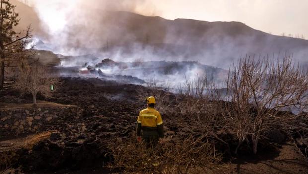 Núi lửa La Palma ở Tây Ban Nha phun trào, dung nham tràn ra khắp các đường phố - Ảnh 1.