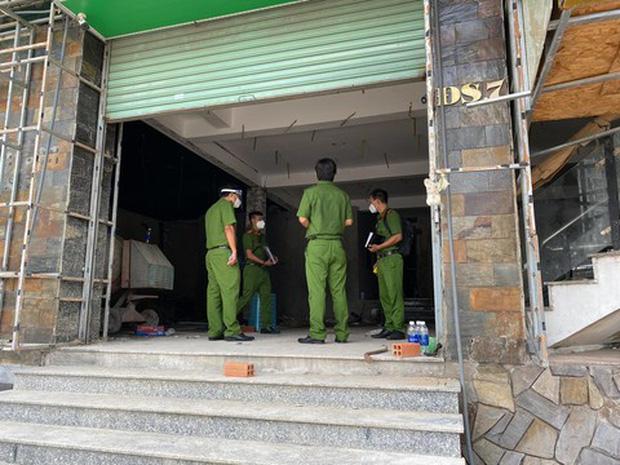 TP.HCM: Bắt 5 người đang trèo tường vào trộm đồ, 2 người dương tính SARS-CoV-2 - Ảnh 1.