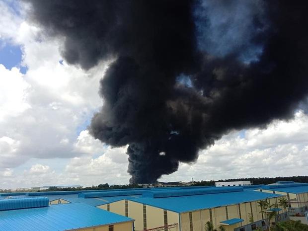 NÓNG: Công ty sản xuất mút xốp trong KCN ở Bình Dương chìm trong biển lửa, có công nhân ngất xỉu - Ảnh 2.