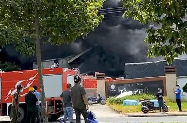 NÓNG: Công ty sản xuất mút xốp trong KCN ở Bình Dương chìm trong biển lửa, có công nhân ngất xỉu - Ảnh 3.