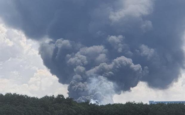 NÓNG: Công ty sản xuất mút xốp trong KCN ở Bình Dương chìm trong biển lửa, có công nhân ngất xỉu - Ảnh 1.
