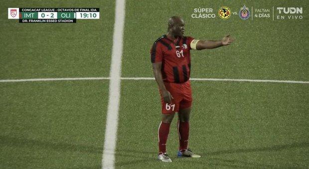 Phó Tổng thống 60 tuổi ra sân đá bóng chuyên nghiệp, tự đeo băng đội trưởng, khiến đội nhà thua đậm 0-6 - Ảnh 2.