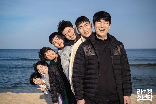 Cười sảng với 6 phim Hàn hài té ghế: Hospital Playlist vô địch giải tấu hề, Song Joong Ki dẫn đầu rạp xiếc trung ương - Ảnh 10.