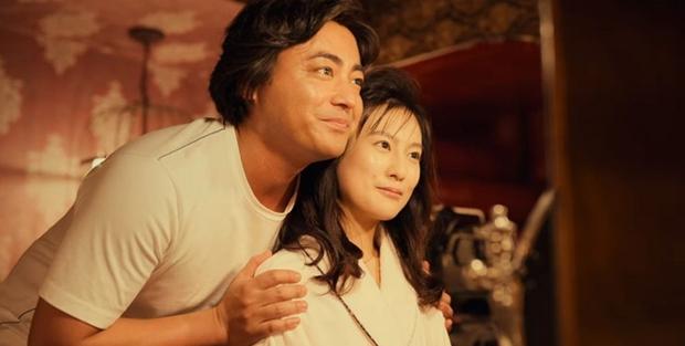 Sao nhí đình đám Nhật Bản lột xác táo bạo: Đóng cảnh nóng trong phim 18+ về ông hoàng khiêu dâm, còn đâu vẻ ngoan hiền ngày nào - Ảnh 5.