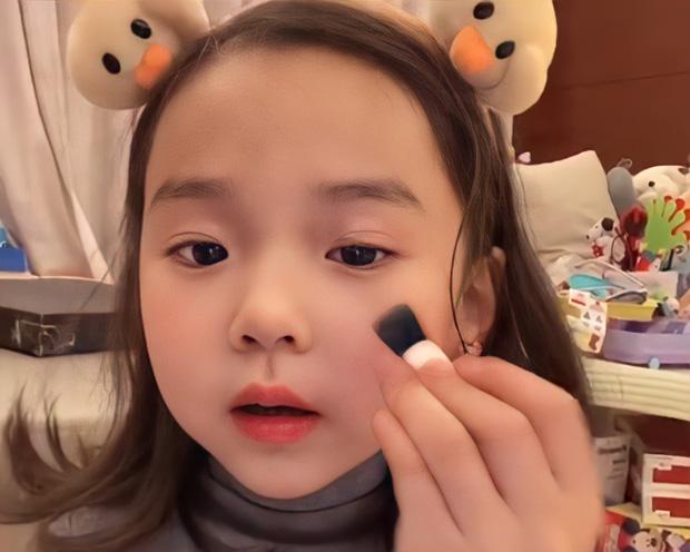 Bé gái 5 tuổi đã chốt đơn ầm ầm với gương mặt học sinh, phong thái phụ huynh: Sự thật phũ phàng phía sau các beauty blogger bị chín ép - Ảnh 2.