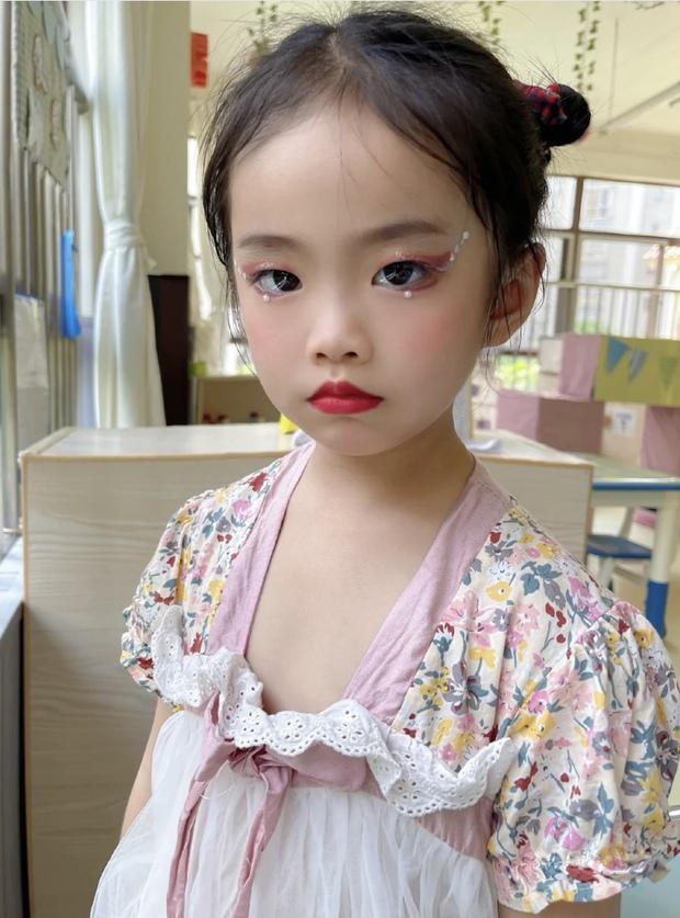 Bé gái 5 tuổi đã chốt đơn ầm ầm với gương mặt học sinh, phong thái phụ huynh: Sự thật phũ phàng phía sau các beauty blogger bị chín ép - Ảnh 3.