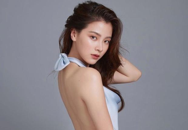 """Mẹ """"ngọc nữ đẹp nhất Thái Lan"""" sở hữu dung mạo như diễn viên, nhìn sang bố cô dân tình phải thốt lên gia đình cực phẩm - Ảnh 1."""