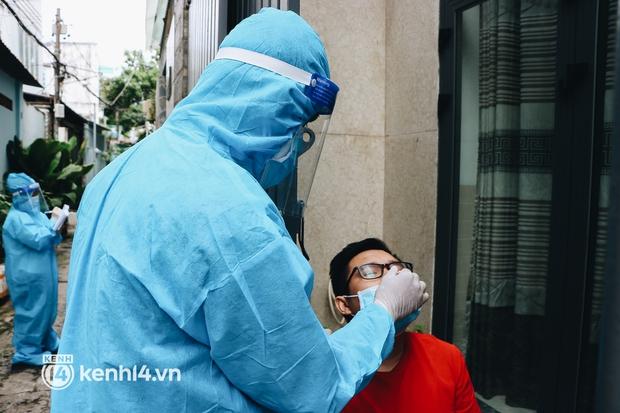 Thần tốc xét nghiệm COVID-19 trước ngày 30/9 ở TP.HCM: Nhân viên y tế gõ cửa từng nhà, hướng dẫn người dân tự test - Ảnh 5.