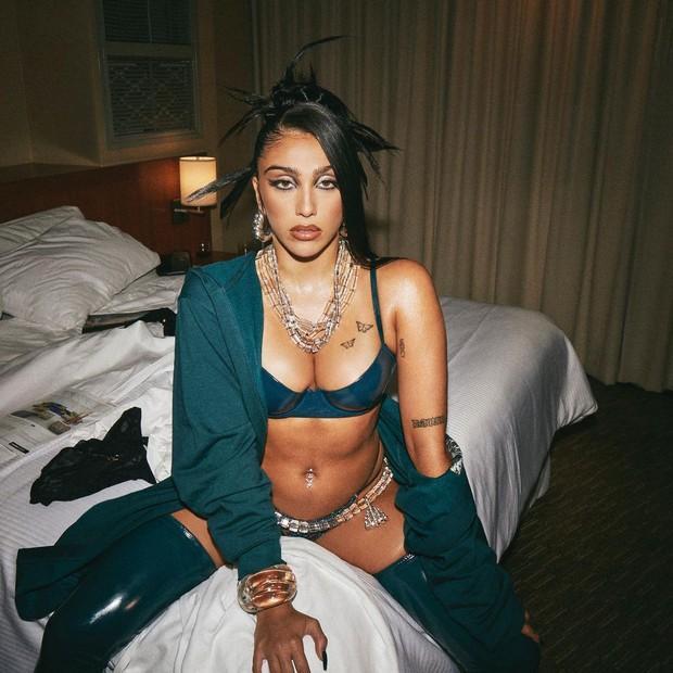 Con gái Madonna đi quảng cáo nội y cho Rihanna: Bầu ngực quả tạ vẫn không chiến bằng chùm lông nách thương hiệu - Ảnh 1.