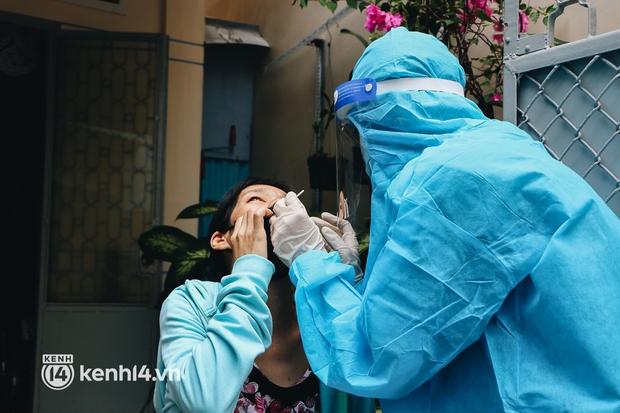 Thần tốc xét nghiệm COVID-19 trước ngày 30/9 ở TP.HCM: Nhân viên y tế gõ cửa từng nhà, hướng dẫn người dân tự test - Ảnh 13.