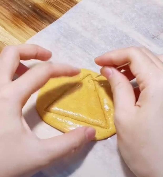 Cận cảnh cách làm món kẹo đường cực hot trong Squid Game, hoá ra dễ ẹc à làm xíu là xong! - Ảnh 6.