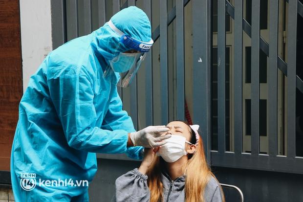 Thần tốc xét nghiệm COVID-19 trước ngày 30/9 ở TP.HCM: Nhân viên y tế gõ cửa từng nhà, hướng dẫn người dân tự test - Ảnh 9.