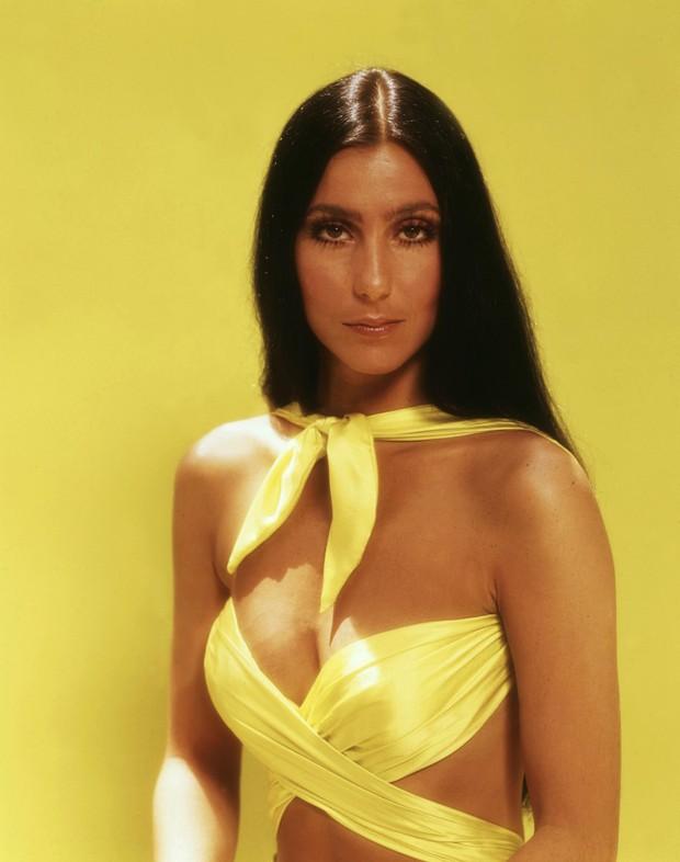 Ma cà rồng làng mốt Cher: Bà chúa đồ xuyên thấu, nguồn cảm hứng cho chị em Kendall lẫn Emrata phải copy ở Met Gala - Ảnh 5.