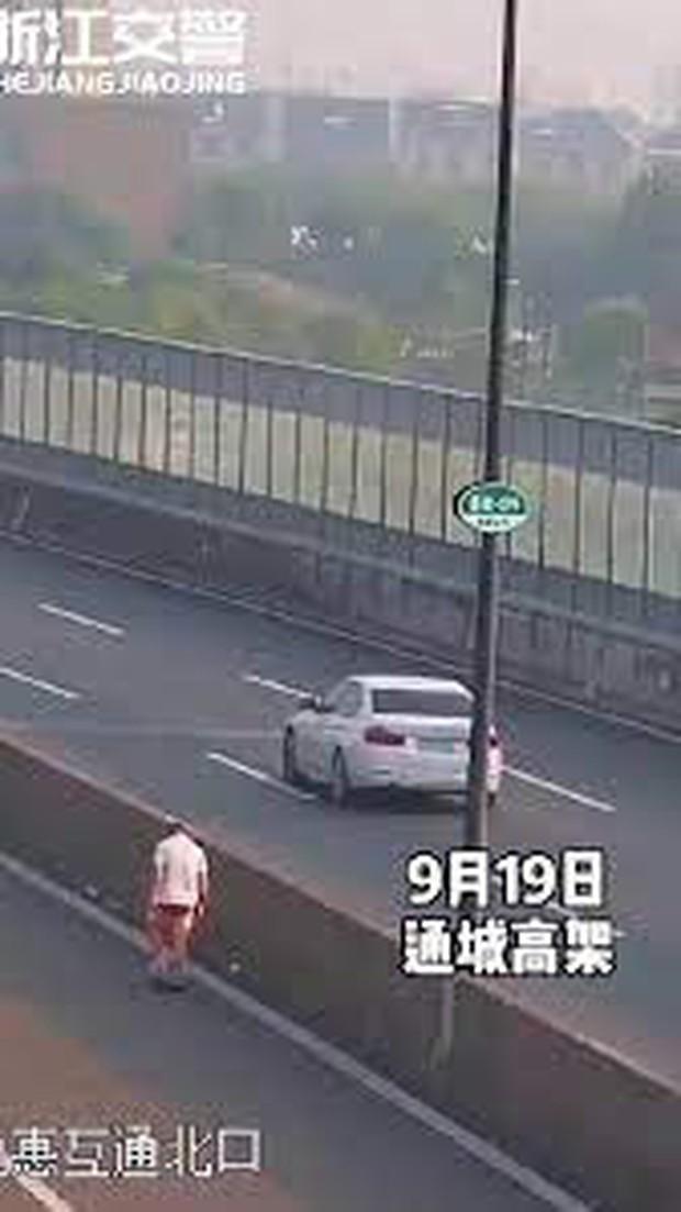 Clip: Trần truồng cầm vũ khí ra đường cao tốc đập phá, người đàn ông vụt cả công an khi bị hỏi lý do - Ảnh 3.
