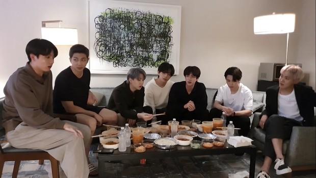 Staff của BTS gây phẫn nộ khi bị nghi đọc trang antifan ngay trước mặt các thành viên, còn có hành động lấp liếm? - Ảnh 1.