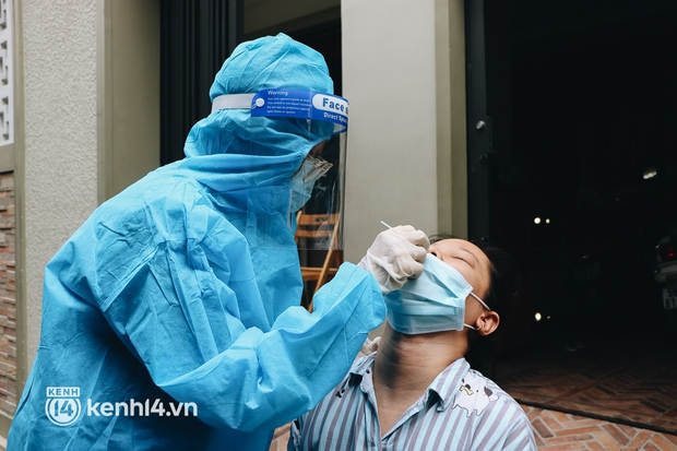Thần tốc xét nghiệm COVID-19 trước ngày 30/9 ở TP.HCM: Nhân viên y tế gõ cửa từng nhà, hướng dẫn người dân tự test - Ảnh 12.