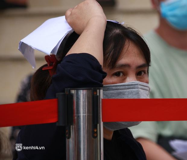 Hà Nội: Hàng trăm người mắc bệnh nền xếp hàng tiêm vắc-xin Covid-19 - Ảnh 3.