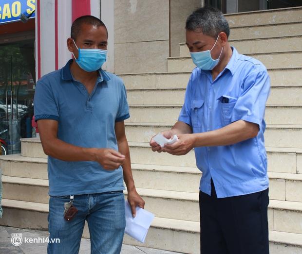 Hà Nội: Hàng trăm người mắc bệnh nền xếp hàng tiêm vắc-xin Covid-19 - Ảnh 7.