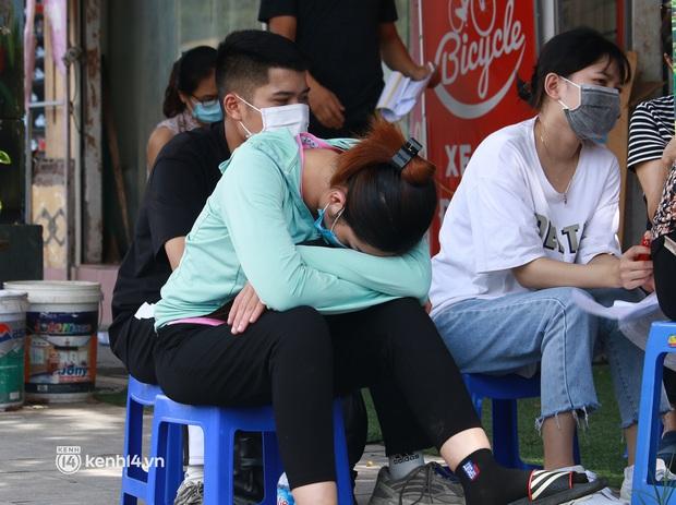 Hà Nội: Hàng trăm người mắc bệnh nền xếp hàng tiêm vắc-xin Covid-19 - Ảnh 10.