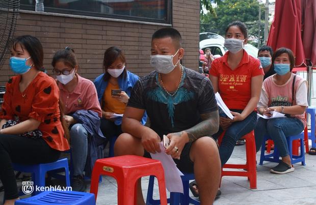 Hà Nội: Hàng trăm người mắc bệnh nền xếp hàng tiêm vắc-xin Covid-19 - Ảnh 8.
