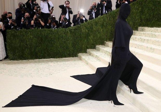 Chuyện chưa kể: Vật thò ra trên người Kim Kardashian tại Met Gala trị giá gần 230 triệu VNĐ! - Ảnh 1.