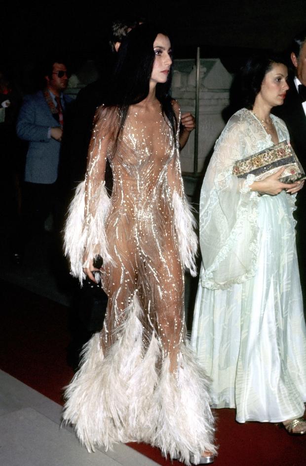 Ma cà rồng làng mốt Cher: Bà chúa đồ xuyên thấu, nguồn cảm hứng cho chị em Kendall lẫn Emrata phải copy ở Met Gala - Ảnh 8.