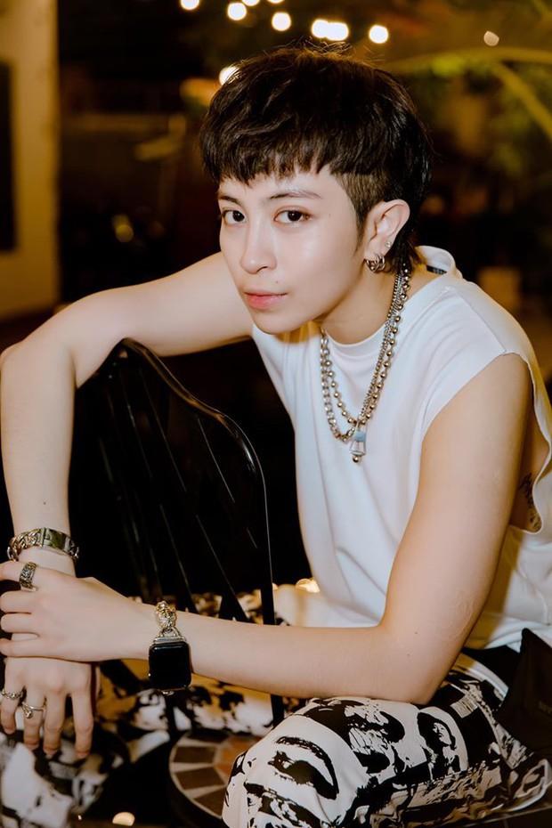 1 ngôi sao Vbiz diện áo thun ôm sát, khoe body mlem cùng vẻ đẹp phi giới tính khiến netizen đổ rầm rầm - Ảnh 4.
