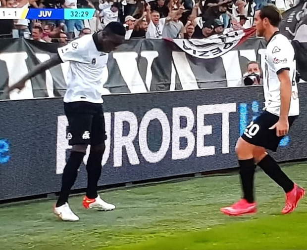 Đối thủ trêu tức Juventus bằng màn ăn mừng thương hiệu của Ronaldo - Ảnh 2.