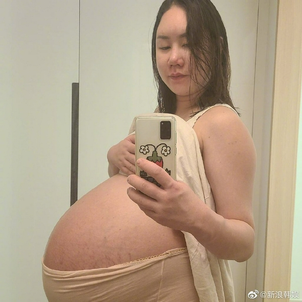 Mỹ nhân Hàn khoe vòng 2 muốn nổ tung vì mang thai sinh ba, tăng tới 44kg và phải ngồi xe lăn di chuyển - Ảnh 2.