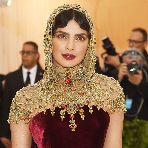 """Hoa hậu Thế giới dự Met Gala: Không cần hở bạo vẫn thành """"nữ hoàng"""" thảm đỏ, chấp luôn khuyết điểm bị bóc trần khi zoom cận - Ảnh 2."""