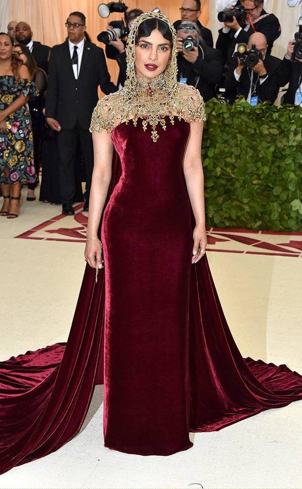 """Hoa hậu Thế giới dự Met Gala: Không cần hở bạo vẫn thành """"nữ hoàng"""" thảm đỏ, chấp luôn khuyết điểm bị bóc trần khi zoom cận - Ảnh 3."""