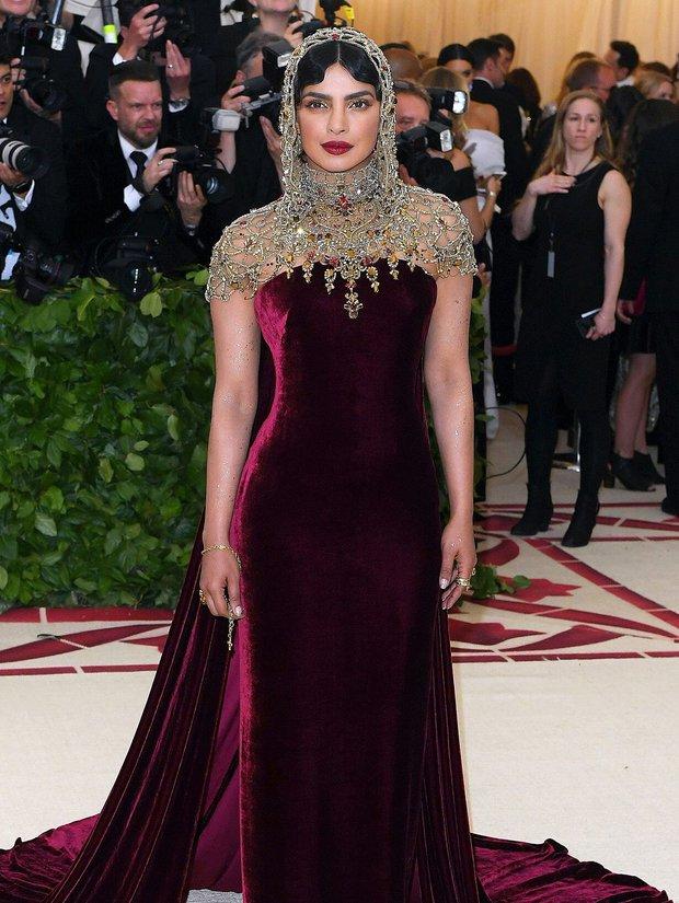 """Hoa hậu Thế giới dự Met Gala: Không cần hở bạo vẫn thành """"nữ hoàng"""" thảm đỏ, chấp luôn khuyết điểm bị bóc trần khi zoom cận - Ảnh 4."""
