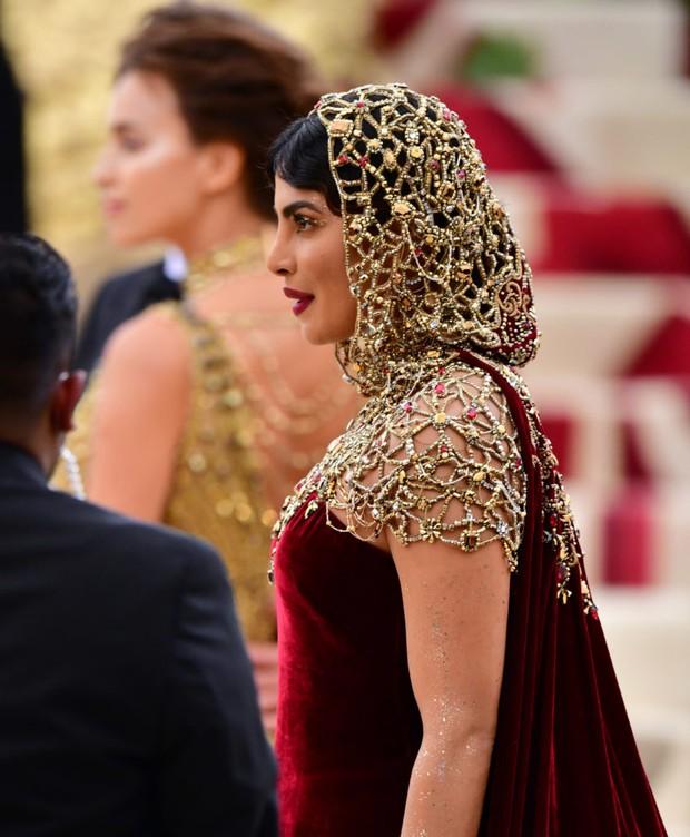 """Hoa hậu Thế giới dự Met Gala: Không cần hở bạo vẫn thành """"nữ hoàng"""" thảm đỏ, chấp luôn khuyết điểm bị bóc trần khi zoom cận - Ảnh 9."""