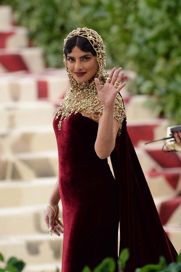 """Hoa hậu Thế giới dự Met Gala: Không cần hở bạo vẫn thành """"nữ hoàng"""" thảm đỏ, chấp luôn khuyết điểm bị bóc trần khi zoom cận - Ảnh 10."""