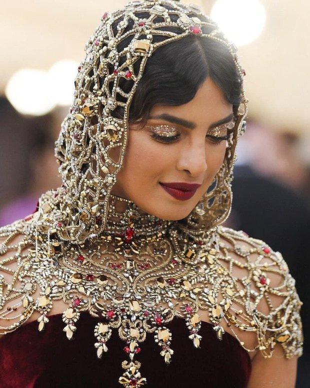 """Hoa hậu Thế giới dự Met Gala: Không cần hở bạo vẫn thành """"nữ hoàng"""" thảm đỏ, chấp luôn khuyết điểm bị bóc trần khi zoom cận - Ảnh 6."""