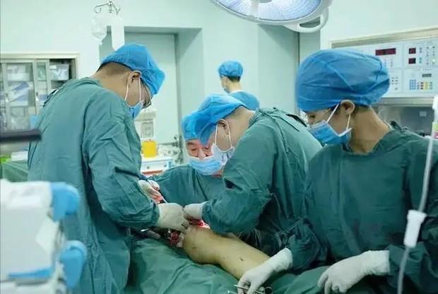 Người đàn ông sốt cao 2 ngày sau khi bị muỗi đốt gây viêm cân hoại tử và phải cắt cụt chi để giữ lại tính mạng - Ảnh 4.