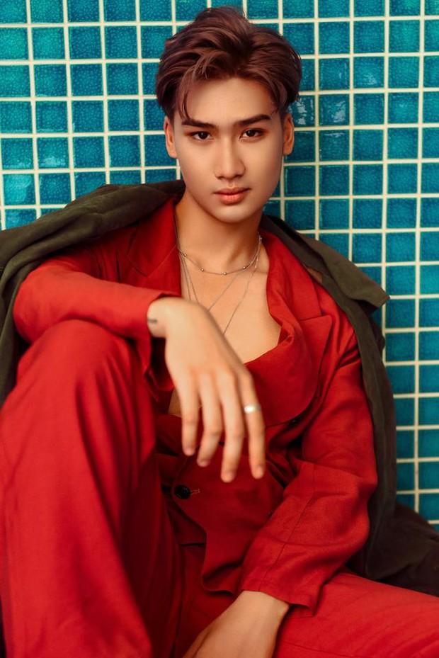 Nam ca sĩ Việt gây tranh cãi vì nhìn chằm chằm vòng 1 và tới tấp hôn cô gái trên show hẹn hò - Ảnh 1.