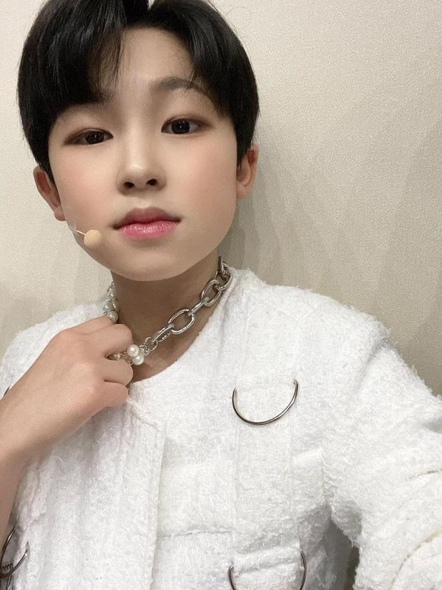 Gà idol 2k9 của PSY đăng ảnh selfie làm netizen phẫn nộ, khẳng định công nghiệp Kpop quá kinh khủng, yêu cầu buông tha - Ảnh 2.
