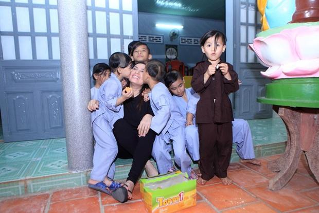 Xót lòng clip con nuôi Phi Nhung giàn giụa nước mắt: Mẹ Nhung ơi, bao giờ mẹ về, mau về với các con đi - Ảnh 4.