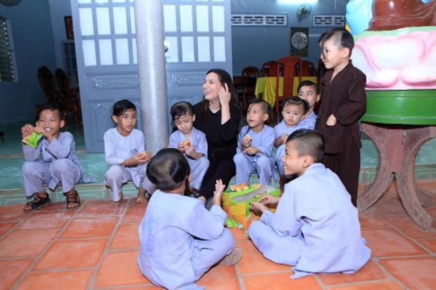 Xót lòng clip con nuôi Phi Nhung giàn giụa nước mắt: Mẹ Nhung ơi, bao giờ mẹ về, mau về với các con đi - Ảnh 3.