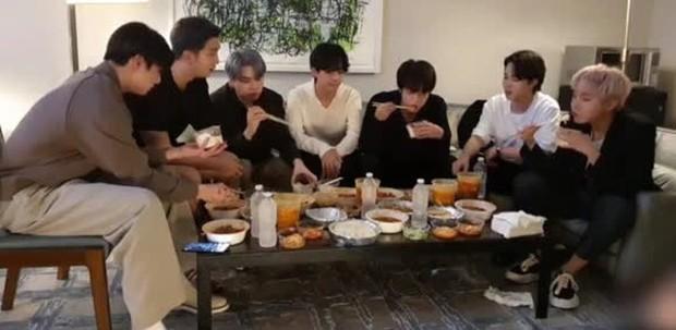Staff của BTS gây phẫn nộ khi bị nghi đọc trang antifan ngay trước mặt các thành viên, còn có hành động lấp liếm? - Ảnh 5.