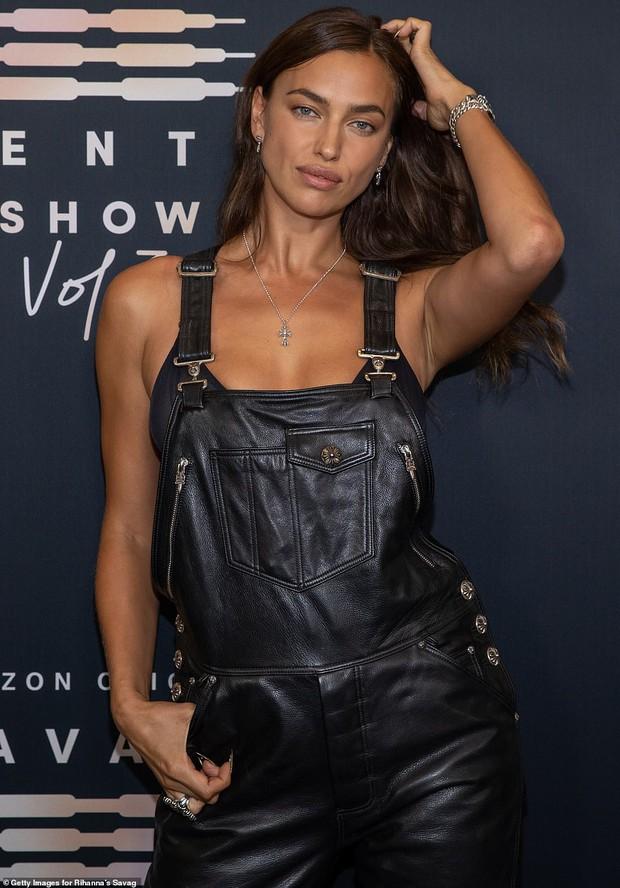 3 chân dài đại náo thảm đỏ: Mẹ bỉm Gigi Hadid đỉnh cao chặt đẹp tình cũ Kanye West, mẫu ngực khủng Emily lộ vòng 1 chảy xệ - Ảnh 7.