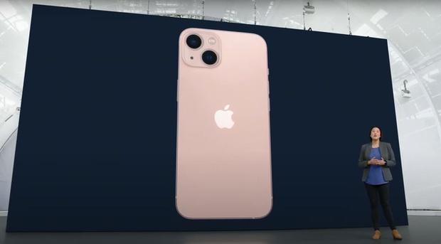 Xem girl xinh hot TikToker đập hộp iPhone 13 màu hồng, hội chị em thất vọng toàn tập? - Ảnh 1.