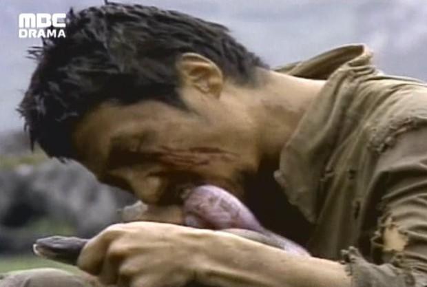 Sợ hãi trước 4 cảnh ăn động vật sống thật 100% ở phim Hàn: Nhai rắn nguyên con chưa bằng ăn cả tô giun đất - Ảnh 2.
