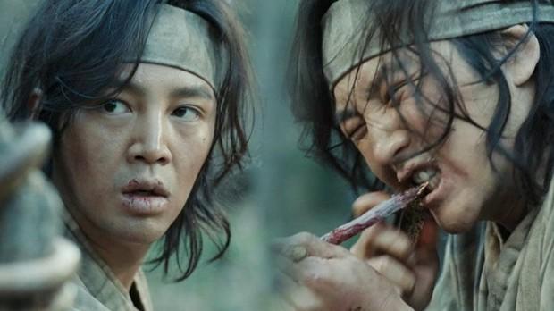 Sợ hãi trước 4 cảnh ăn động vật sống thật 100% ở phim Hàn: Nhai rắn nguyên con chưa bằng ăn cả tô giun đất - Ảnh 5.